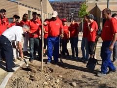 """La empresa """"La Palette Rouge Ibérica"""" dona diez árboles al Ayuntamiento de Fuente el Saz"""