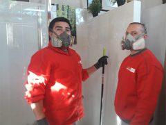 Profesionales de Mapfre utilizan mascarillas y guantes, como medida de seguridad contra el coronavirus, si lo pide el cliente