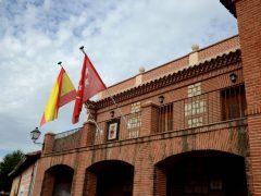 La concejala de Servicios Sociales de Valdepiélagos explica a los vecinos los motivos del cierre del consultorio local