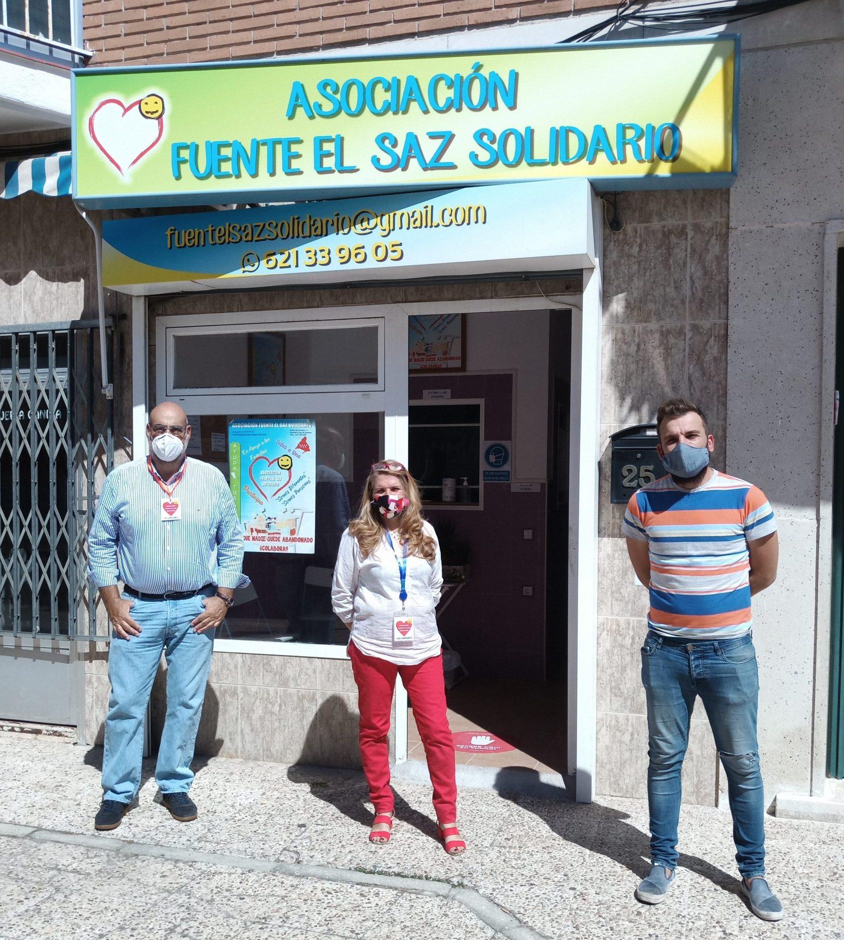 De izquierda a derecha: Eduardo de Quintos, vocal de proyección financiera y relaciones protocolarias; Almudena Martínez Rojas, presidenta de la Asociación; y Jorge Muntadas, concejal de Participación Ciudadana.