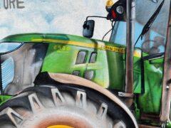 El Ayuntamiento de Valdetorres de Jarama contrata al artista grafitero David Barrera para hacer un homenaje a los agricultores